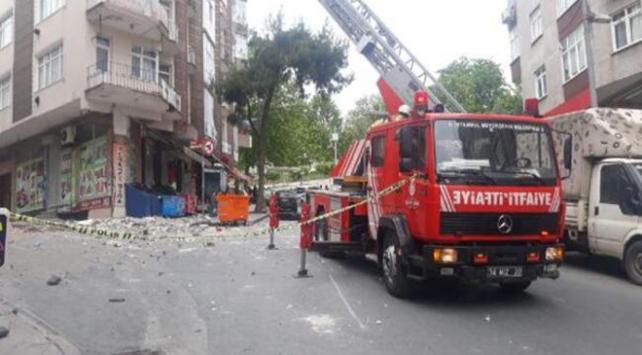 Güngören'de 5 katlı binanın çatısı çöktü