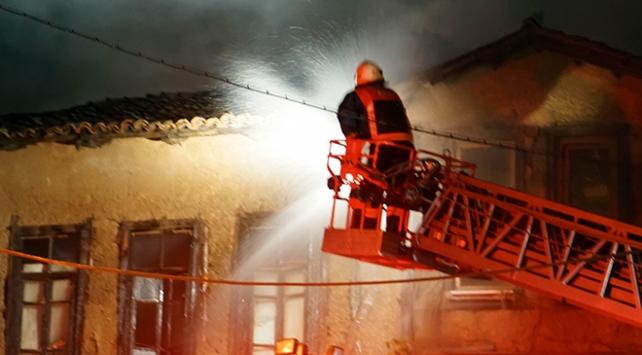 Kütahya'da iki katlı ahşap binada yangın