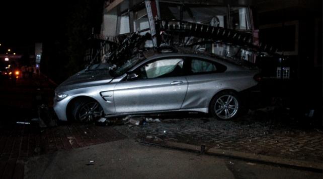Bursa'da otomobil güvenlik kulübesine çarptı