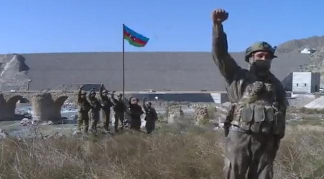 Hudaferin Köprüsü'nde Azerbaycan bayrağı dalgalanıyor
